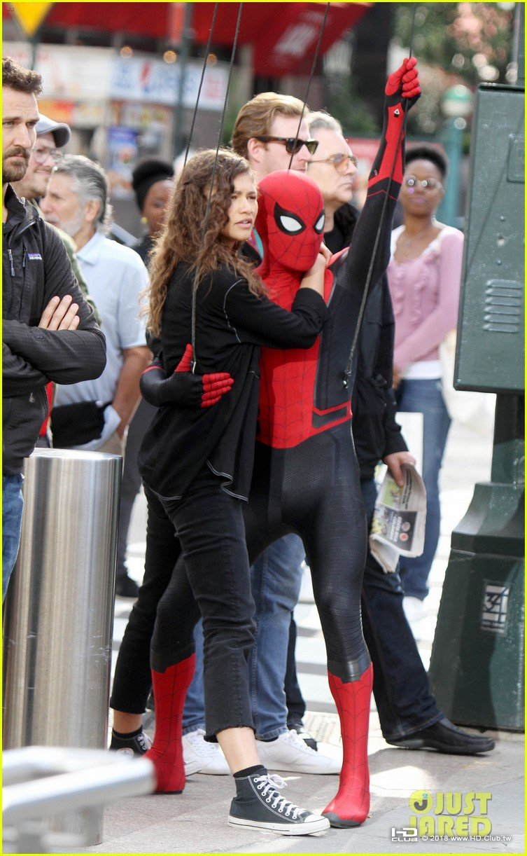 tom-holland-dons-spider-man-far-from-home-costume-while-filming-with-zendaya-in-nyc01.jpg